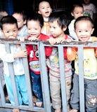 越南子项在学校 库存图片
