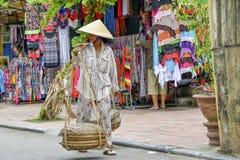 越南摊贩在会安市 免版税库存图片