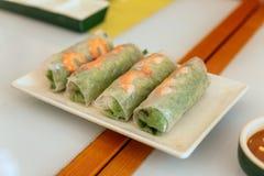 越南新春天劳斯包括莴苣和煮沸的虾在餐馆在河内,越南 库存照片