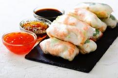 越南春卷-宣纸,莴苣,沙拉,细面条,面条,虾,鱼子酱,甜辣椒,大豆,柠檬 库存照片