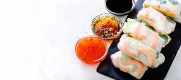 越南春卷-宣纸,莴苣,沙拉,细面条,面条,虾,鱼子酱,甜辣椒,大豆,柠檬 免版税图库摄影