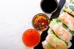 越南春卷-宣纸,莴苣,沙拉,细面条,面条,虾,鱼子酱,甜辣椒,大豆,柠檬 库存图片