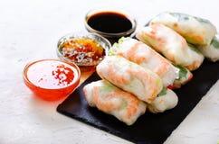 越南春卷-宣纸,莴苣,沙拉,细面条,面条,虾,鱼子酱,甜辣椒,大豆,柠檬 图库摄影