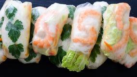 越南春卷-宣纸,莴苣,沙拉,细面条,面条,虾,鱼子酱,甜辣椒,大豆,柠檬 免版税库存图片