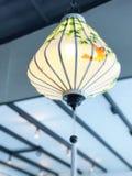 越南有竹子叶子和鸟的天花板灯 库存图片