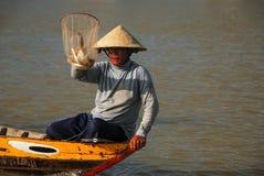 越南渔夫展示一个捕鱼网 库存图片