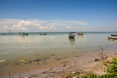 越南渔船在海滩的镇静天蓝色的海 免版税图库摄影