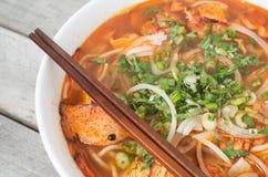 越南热和辣汤,小圆面包chay Bo的颜色 库存照片