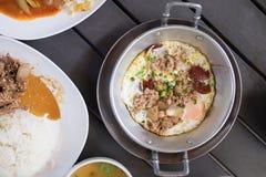 越南煎蛋卷或印度支那泛油煎了与顶部的鸡蛋 免版税库存图片