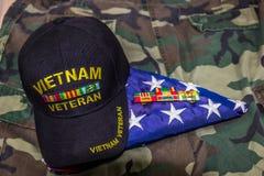 越南经验丰富的盖帽、丝带&美国国旗在伪装Unifo 库存图片