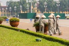 越南花匠照料花 库存图片