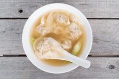 越南虾和猪肉馄饨汤 库存照片