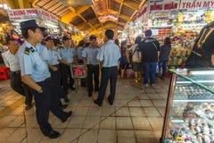 越南警察在主要市场上 图库摄影