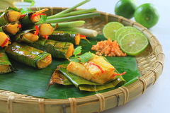 越南语蒸米薄煎饼用在盘子的虾用香蕉 免版税库存图片