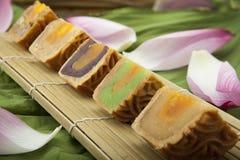 越南语-中国中间秋天节日食物月饼传统蛋糕  免版税图库摄影