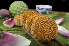 越南语-中国中间秋天节日食物月饼传统蛋糕  库存照片