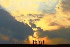 越南走在与多云天空的日出下 库存照片