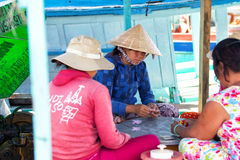 越南, PHU QUOC - 2014年11月3日:在小船的越南妇女纸牌比赛在Duong东港口, Phu Quoc,越南 图库摄影