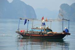 越南-下龙湾-去的钓鱼 免版税库存图片
