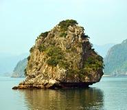 越南-下龙湾-接近其中一个石灰石石灰岩地区常见的地形在阳光下 免版税库存图片