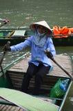 越南-北部- Trang圆锥形帽子的一名-传统夫人划船者 免版税库存照片