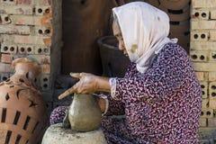 越南2017年12月:从黏土混合物在她的工厂,越南的地方越南妇女造型罐 库存图片