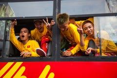 越南- 2012年1月22日:艺术家跳出公共汽车窗口 龙舞蹈 新的越南年 免版税库存照片
