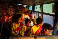 越南- 2012年1月22日:龙舞蹈艺术家在公共汽车上 新的越南年 免版税库存图片