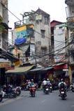 越南-河内-从老处所的典型的街道场面-到处滑行车和电缆 免版税库存图片