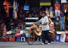 越南-河内-从老处所的典型的街道场面-卖苦力帽子的摊贩 免版税图库摄影