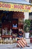 越南-河内-从老处所的典型的街道场面-雕刻雕象的摊贩 库存图片