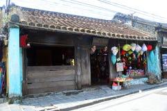 越南- Hoi典型的木商人商店房子 免版税图库摄影