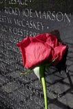 越战纪念碑墙壁的罗斯 免版税库存照片