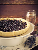 越桔,蓝莓馅饼用在白色板材,木背景的淡紫色 免版税库存照片