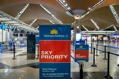 越航在吉隆坡国际机场的登记处柜台 免版税库存图片