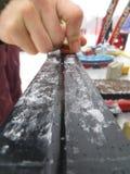 给越野北欧人滑雪打蜡的手 库存图片