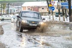 越野在俄罗斯 汽车在一个深水坑在春天乘坐 图库摄影