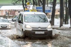 越野在俄罗斯 汽车在一个深水坑在春天乘坐 免版税库存照片