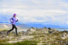 越野奔跑的足迹连续妇女 免版税库存照片