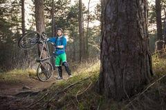 越野山骑自行车的人感到骄傲为他的自行车 免版税库存照片