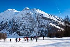 越野滑雪者在Bessans -法国阿尔卑斯 免版税库存图片