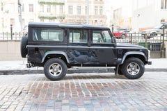越野车吉普4 x4,在街道的路华汽车 旅行照片 库存照片