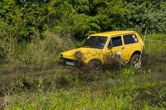 越野车品牌VAZ-NIVA克服泥坑  库存照片