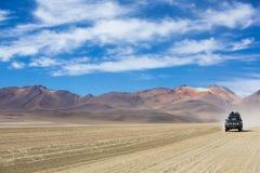 越野车辆驾驶在阿塔卡马沙漠,玻利维亚 库存照片
