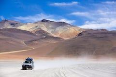 越野车辆驾驶在阿塔卡马沙漠,玻利维亚 图库摄影