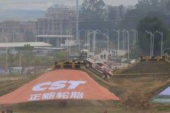 越野车climbe陡坡 免版税库存照片