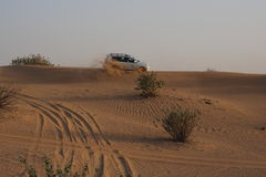 越野驾驶在沙漠 免版税图库摄影