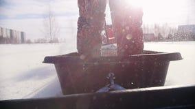 越野骑马和穿过在一辆微型雪上电车的深雪 影视素材