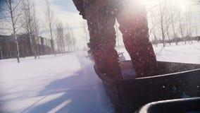 越野骑马通过在一辆微型雪上电车的深雪 股票录像