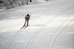 越野滑雪竟赛者,雪 免版税库存图片